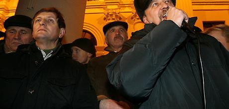 Opoziční kandidáti na prezidenta při demonstraci v prosinci 2010.