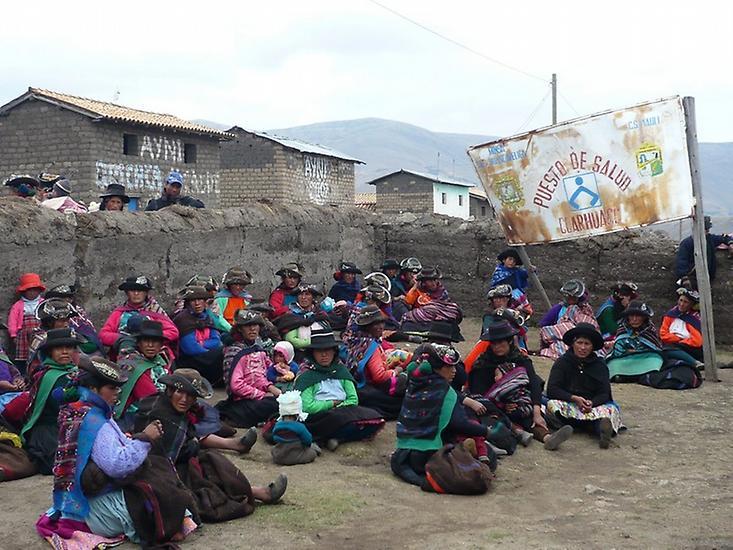 Ženy čekají před zdravotním centrem ve měste Huancavelica na příjem.